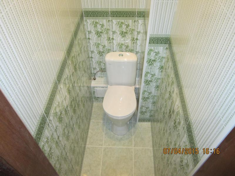 Как сделать ремонт в маленьком туалете пластиковыми панелями