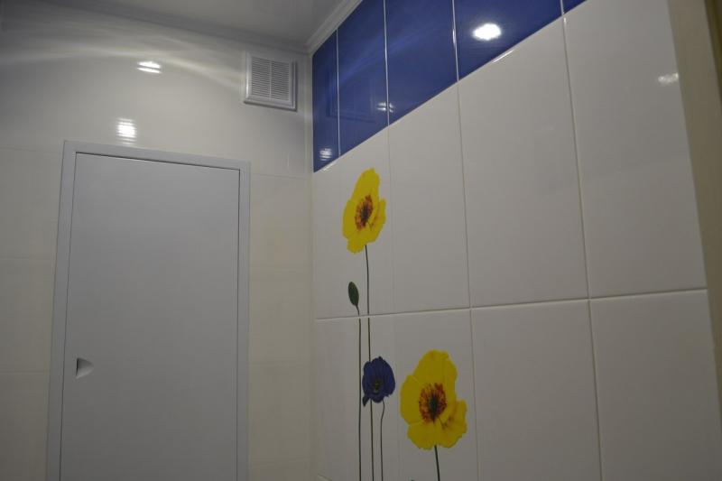 lizhet-zhopu-devushke-v-tualete